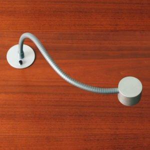 leeslamp led flexibel in aluminium met schakelaar, gemonteerd op het bureau