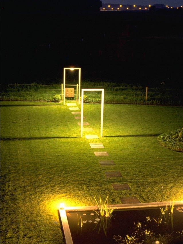 Tuinverlichting van tuinpad naar een tuinvijver