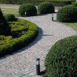 Tuinlamp 31 cm hoogte grondmodel donkergrijs langs tuinpad met kasseien en buxus