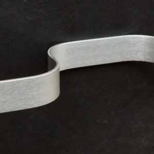 WC-rol en handdoekhouder 90° gekleefd. In geborsteld en geanodiseerd aluminium. Deze wc-rol en handdoekhouder in minimalistisch design vormt een hoek van 90°